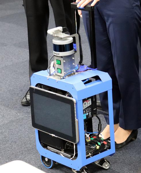 測距用センサーであるLiDARなどを搭載した、開発中のAIスーツケース[クリックして拡大]
