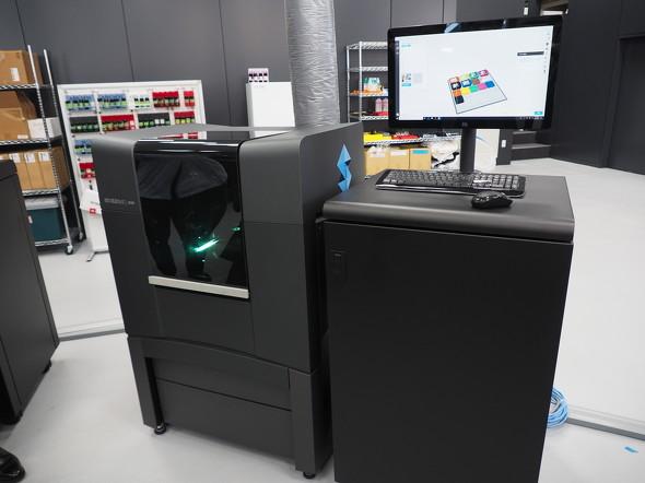 フルカラー&マルチマテリアル対応のPolyJet方式3Dプリンタの新製品「Stratasys J826」