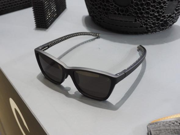 テンプルのクッション部をCarbonの3Dプリンタで造形したサングラス「Neuron4D」