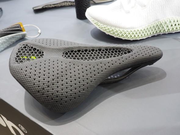 自転車メーカーのSpecializedと開発した3Dプリント製サドル「S-Works Power Saddle with Mirror Technology」