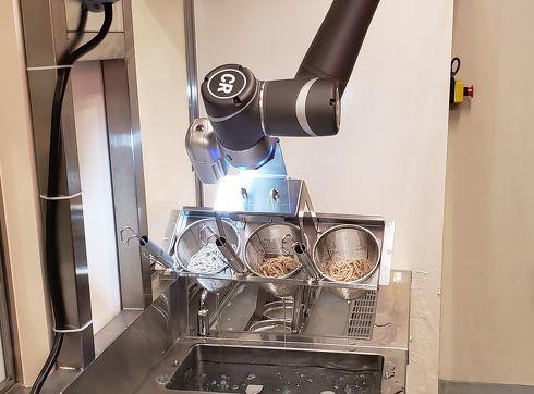 駅そばロボットが「洗い」作業を行う様子[クリックして拡大]