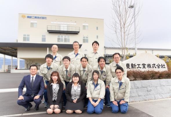 東新工業株式会社の佐藤茂氏、皆川伸彦氏、小松隆氏と松本工場の従業員
