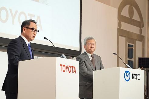 記者会見に登壇したトヨタ 社長の豊田章男氏(左)とNTT 社長の澤田純氏(右)