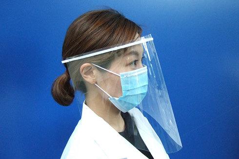 武藤工業が無償提供を行う簡易型フェイスシールドの着用イメージ