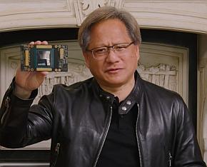 最新GPU「A100」を搭載するボードを掲げるフアン氏