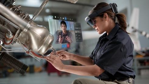 「HoloLens 2」と「Dynamics 365 Remote Assist」による遠隔作業指示のイメージ