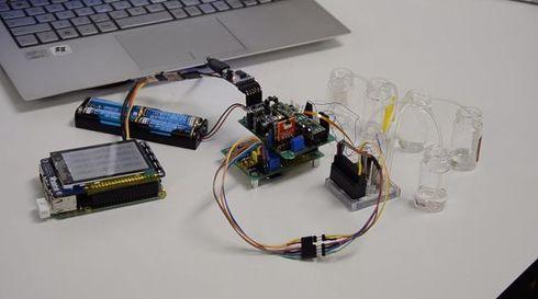 最初に作ったPoC(概念実証)用の試作品。マイクロ流体チップを使って尿検査ができることを検証した[クリックして拡大]出典:Bisu