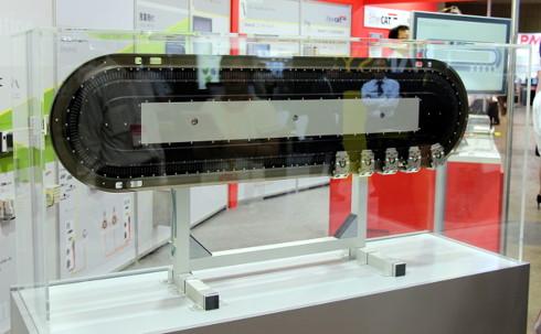 ロボットハンドとして採用された「XTS」。高精度で複雑な動作が行える