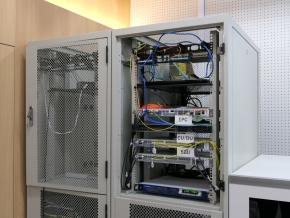 検証ルームに設置されている通信機器