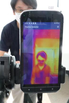 スマートフォンのサーモカメラで体温を検知する[クリックして拡大]