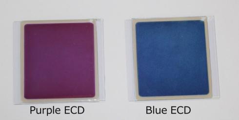 紫色(左)と青色(右)のメタロ超分子ポリマーを用いて作製した調光ガラスのサンプル