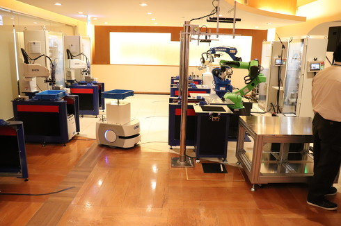 AGVが産業用ロボットの元までワークを運搬するデモ展示が見学できる[クリックして拡大]