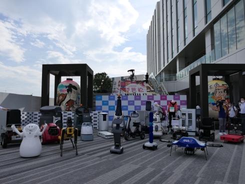 メディア内覧会では、「HANEDA INNOVATION CITY」で実証実験を行うロボットが集合しての記念撮影が行われた