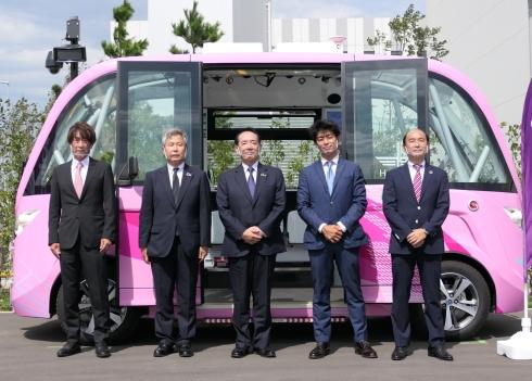 自律走行バス「NAVYA ARMA」の運航開始セレモニーの様子