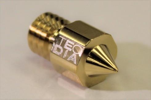 テクダイヤと久宝金属製作所が共同開発した先端穴径0.1mmの3Dプリンタ用ノズル