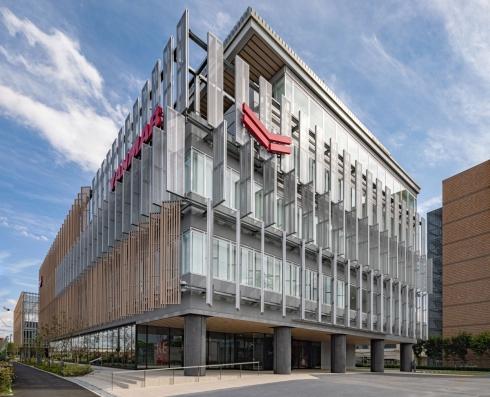 ヤンマーグループのグローバルCS拠点「ヤンマーシナジースクエア」の外観