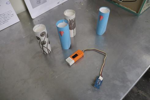 CO2換気アラートデバイスの構成パーツ、中央にあるオレンジ色のデバイスがCO2センサー[クリックして拡大]