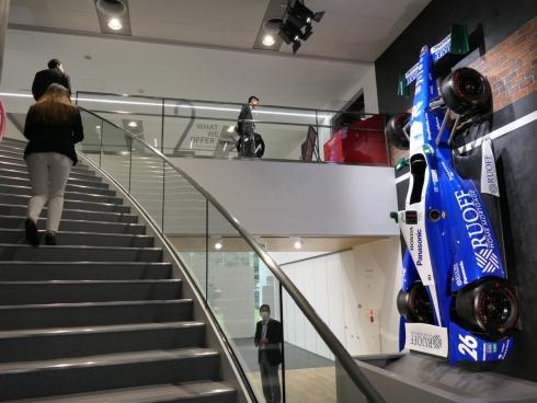 階段ホールの壁面に「インディ500」の佐藤琢磨選手の優勝車両が