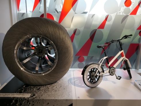 月面ローバ用タイヤ(左)と「AirFreeConcept」を装着した自転車(右)