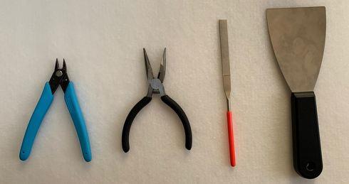 3Dプリンタの後処理に使う主な道具類(左からニッパー、ペンチ、ヤスリ、スクレーパー)