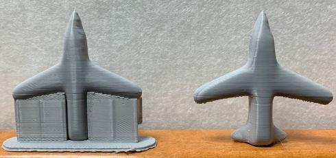 サポート材が付いている状態(左)、サポート材を剥がした状態(右)
