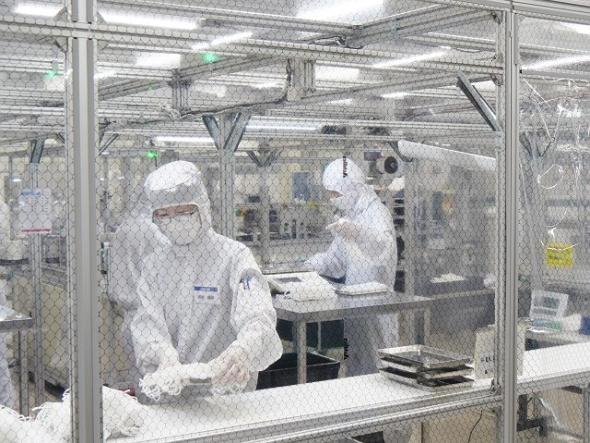 岡山工場のクリーンルーム内でマスクを生産する様子