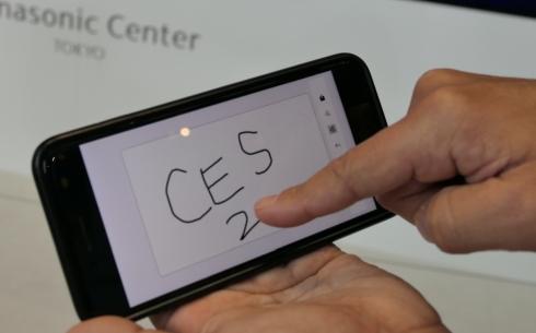 「Croqy」のスマートフォンアプリで手書きメモを描く様子