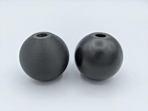 左:表面処理前のパーツ 右:PostPro 3Dで表面処理したパーツ