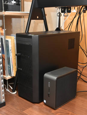 デスクの足元においても邪魔にならない小型・省スペース設計の「Intel NUC 9 Pro」(写真手前)。奥にあるのは平田氏が普段使用するデスクトップPC