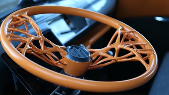 フォルクスワーゲンはジェネレーティブデザインを活用し、「レトロで未来的なマイクロバス」という同社のコンセプトに合わせたステアリングホイールを、わずか6カ月未満で設計・製造しました