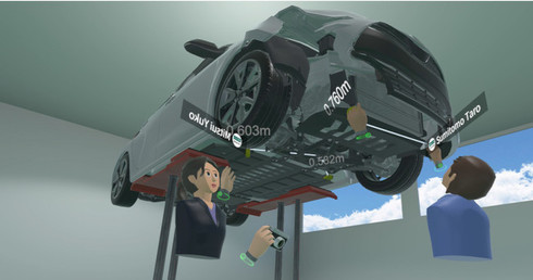 リフトアップされた事故車モデルを用いた研修の様子