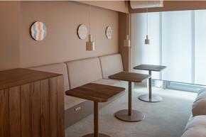 完成したテーブルは宿泊施設「SEVEN STORIES」の一室に置かれ、宿泊者が実際に使用できる