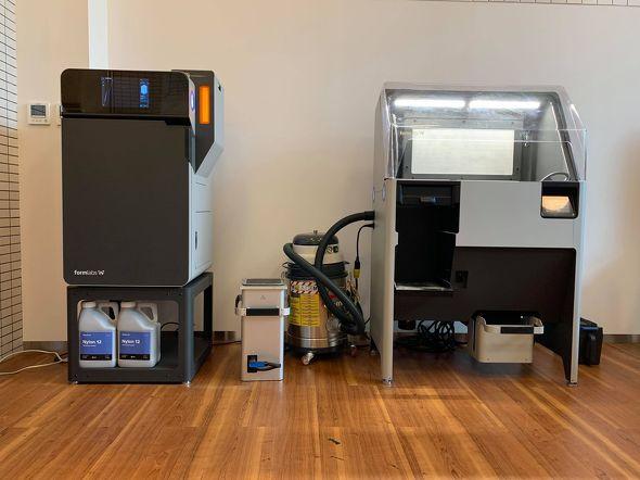 「Fuse 1」を核とする3Dプリンティングシステム。左がSLS方式3Dプリンタ「Fuse 1」、右がパウダー回収ステーション「Fuse Sift」