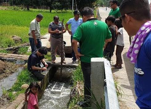 フィリピンの農業用水路での小水力発電の様子