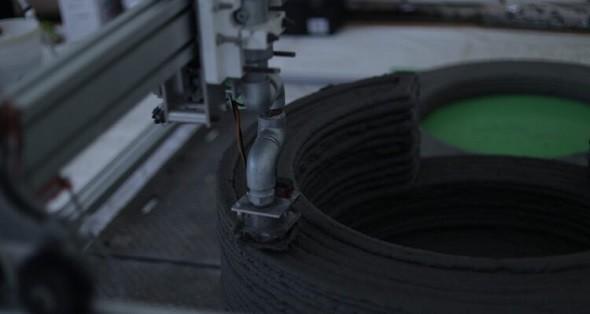 3Dプリンタで円柱型集水桝を造形する様子