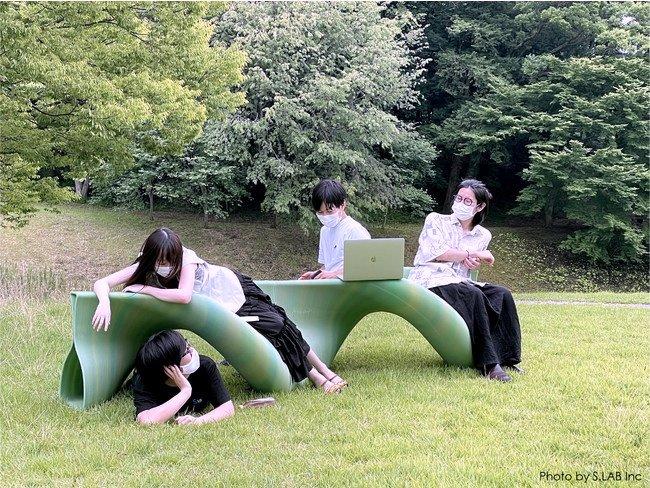 エス.ラボ、SFC研究所、積彩で共同製作した大型プラスチック製ベンチ ※出典:エス.ラボ [クリックで拡大]