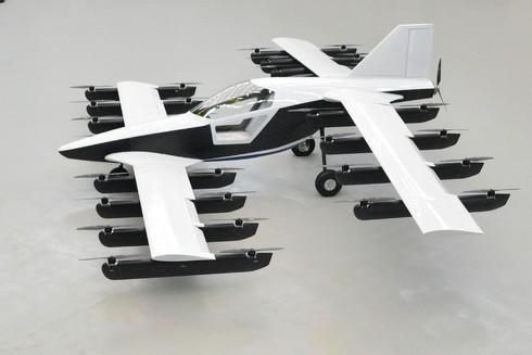 固定翼に搭載した32個のローターのうち、4個が故障しても安定した飛行を実現