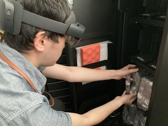 「HoloLens 2」を装着して作業をする様子
