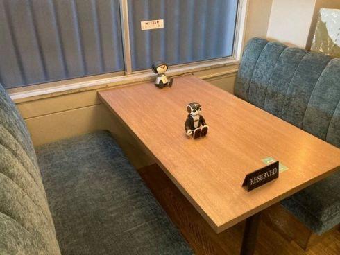 Charlieが置いてある席。RoBoHoNはお願いすると席まで持ってきてもらえる