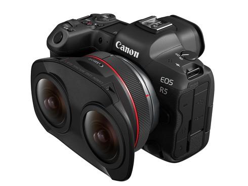 ミラーレスカメラ「EOS R5」に専用レンズ「RF5.2mm F2.8 L DUAL FISHEYE」を装着した状態
