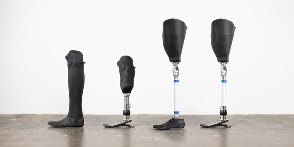 同社が提供する下腿義足(左2本)と大腿義足(右2本)