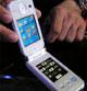 普通の携帯としても使える──キーボードがタッチパネルの2画面携帯