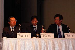 左から、イー・アクセスの千本倖生会長、ソフトバンクBBの宮川潤一取締役、OpenWinの深田浩仁社長兼CEO