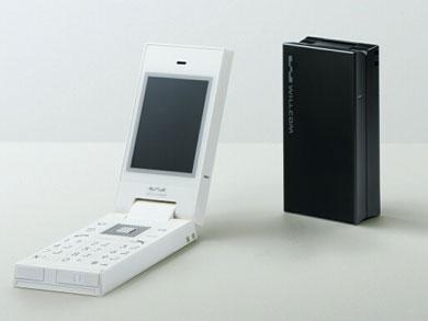 photo.一般向けのW-SIM対応端末として初の折りたたみ型を採用したケーイーエス製の「WILLCOM 9」(WS018KE)