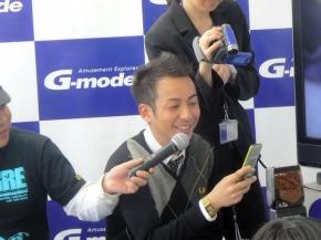 A型の項目をチェックする坪倉さん。「こんな奴だったっけ?」(谷田部さん)とメンバーが意外に感じた回答も多かったようだ