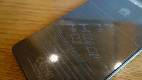 背面の半透明シールにはSIMカードスロットについての説明書きが