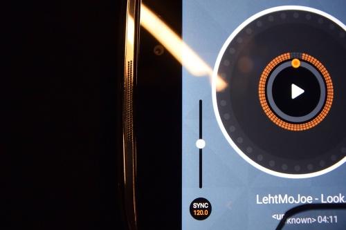 JBLによる音質認証を取得した、デュアルスピーカーをフロントに搭載
