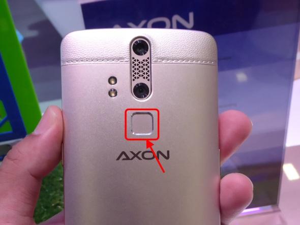 指紋センサーは、指をタッチするだけのタイプ