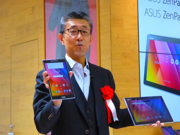 「ZenPad 8.0」と「ZenPad 10」を手にする平井氏