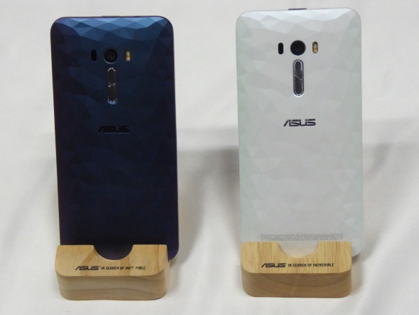 「ZenFone Selfie(KD551KL)」イリュージョンシリーズの背面
